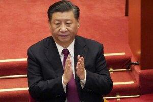Si Ťin-pching tlieska počas záverečného dňa Celočínskeho zhromaždenia ľudových zástupcov v Pekingu 10. marca 2021.
