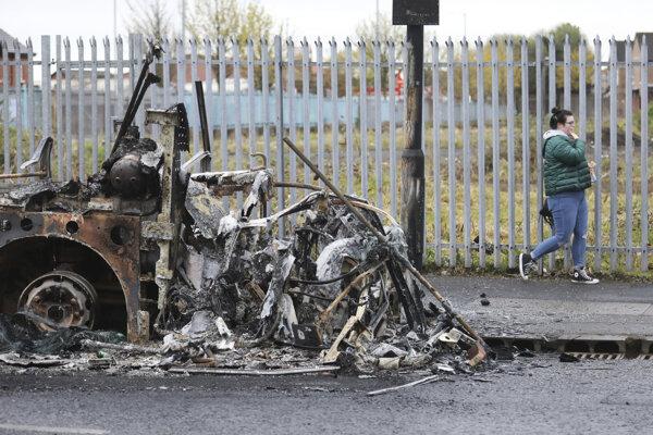 Vrak zhoreného autobusu po nočných výtržnostiach neďaleko Shankill Road v západnej časti v severoírskej metropole Belfast.