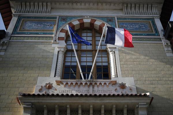 """Vlajky nad vstupom do budovy školy École Nationale d""""Administration."""