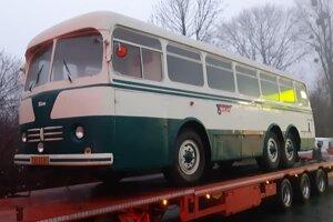 """Príchod autobusu Tatra 500 HB """"Horský Bus""""."""