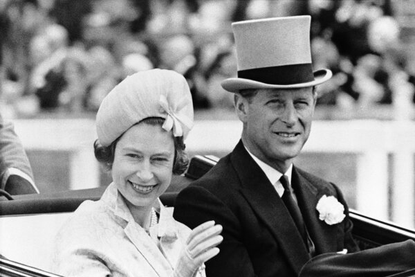 Na archívnej snímke z 19. júna 1962 britská kráľovná Alžbeta II. a jej manžel britský princ Philip.
