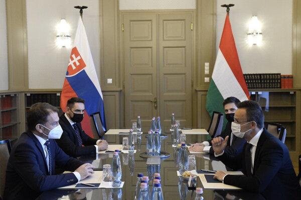 Maďarský minister zahraničných vecí Péter Szijjártó (vpravo) a slovenský minister financií Igor Matovič.