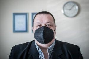 Hlavný hygienik JÁN MIKAS obvykle vystupuje zmierlivo a rozhodnutia politikov nekritizuje.