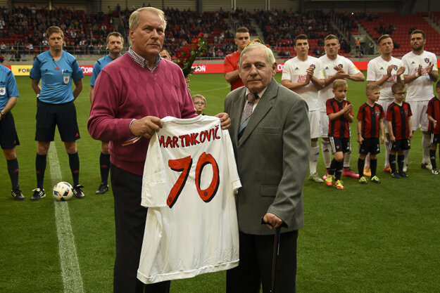 Stanislav Martinkovič si prebral dres od klubových činovníkov pri príležitosti životného jubilea 70. rokov
