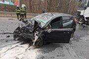 Nehoda kamióna s osobným autom.