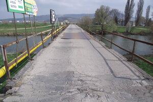 Most vedúci k bývalému zelokvetu. Chcú ho opraviť v tomto roku.