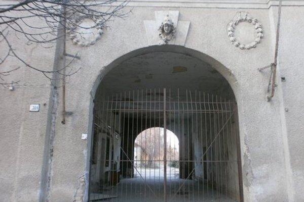 Vstupná kasárenská brána v Nových Zámkoch.
