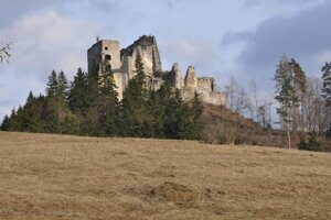Hovorí sa, že na ňom väznili Jánošíka, no nie je to pravda, pretože vroku 1707 ho knieža František II. Rákoci prikázal zbúrať, Jánošíka popravili vroku 1713. Architektúra hradu je zobdobia neskorej gotiky arenesancie, palácový komplex sa radí medzi najvyššie stavby svojho druhu na Slovensku.