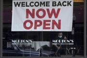 Nápis hlasajúci opätovné otvorenie reštaurácie v San Franciscu.