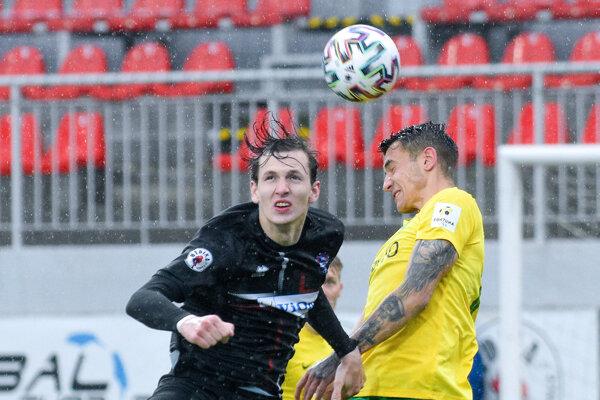 Najlepší strelec Zlatých Moraviec Filip Balaj (v čiernom) mal tri sľubné šancu. Jednu mu zblokoval spoľahlivý obranca Žiliny Jakub Kiwior (v žltom).