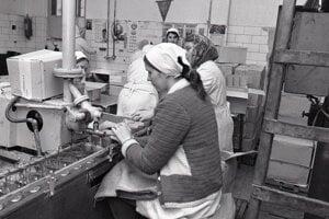 Foto z roku 1972: Márie na Blahutová plní kremžskú horčicu do 200 gr.pohárov.