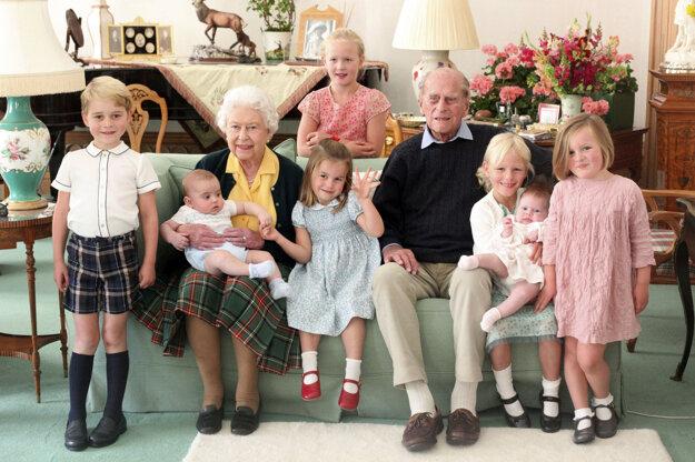 Kráľovná Alžbeta II. a princ Philip s vnúčatami na archívnej snímke.