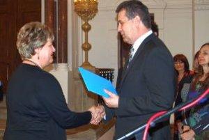 V synagóge si v stredu ocenenia od mesta prevzalo 26 pedagógov. Medzi nimi aj riaditeľka ZUŠ Jozefa Rosinského v Nitre Alena Vaňová.