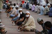 Moslimovia v mešite v Naí Dillí počas prvého dňa ramadánu.