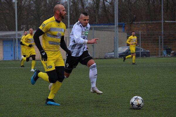 Tomáš Kohút v žltom drese Makova.
