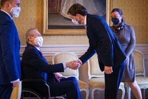 Predseda vlády SR Eduard Heger a český prezident Miloš Zeman počas stretnutia na zámku v Lánoch.
