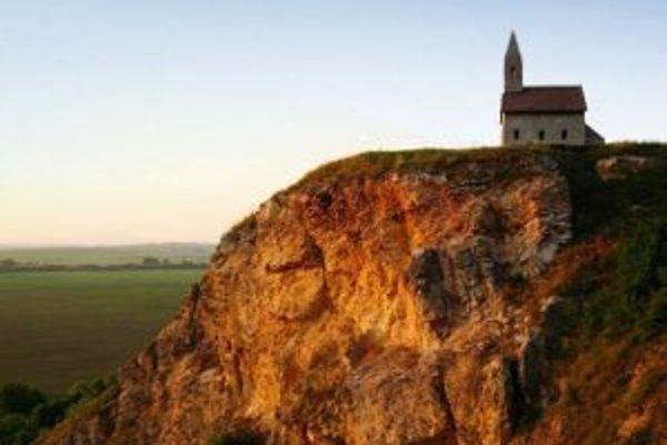 Dražovský kostolík ponúka krásny výhľad na Nitru aj na dedinky v smere na Nové Sady.