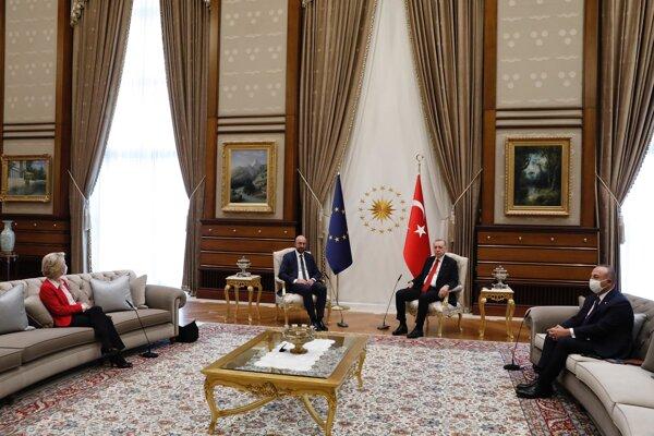 Predsedníčka Európskej komisie Ursula von der Leyenová sa usadila na gauč.