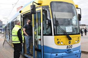 Na podporu požiadavky preplatenia strát zo strany štátu sa v dopravných podnikoch v pondelok hodinu štrajkovalo.