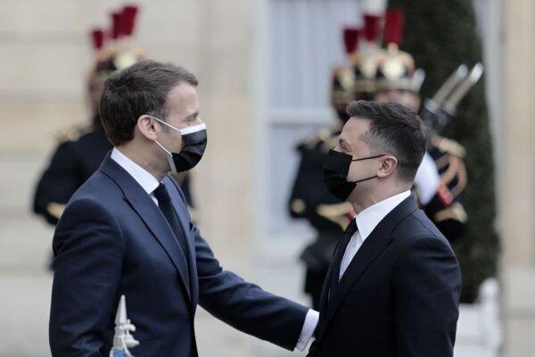 Francúzsky prezident Emmanuel Macron, vpravo ukrajinský prezident Volodymyr Zelenský sa vítajú počas prijatia v Elyzejskom paláci v Paríži.