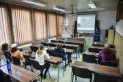 Účastníci kurzu v autoškole počas výučby 18. júna 2020 v Bratislave.