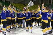 Hokejisti Spišskej Novej Vsi sa radujú s pohárom po víťazstve vo finále Slovenskej hokejovej ligy nad Žilinou.
