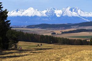Turisti pri túre na Tomášovský výhľad v Národnom parku Slovenský raj majú aj takéto výhľady na Vysoké Tatry.