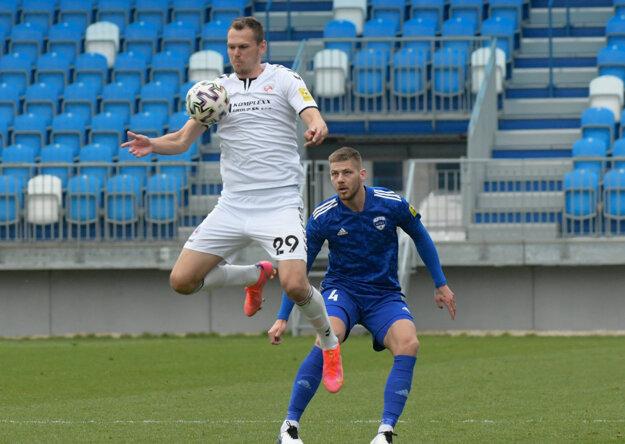 Kľúčovou postavou Senice bol hroťák Tomáš Malec (vpredu), stopér Nitry Erik Šuľa (vzadu) to s ním nemal ľahké.