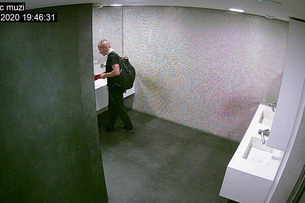 Tento muž lúpil v banke v Mlynoch. Krátko predtým ho kamera zachytila bez rúška na toaletách.