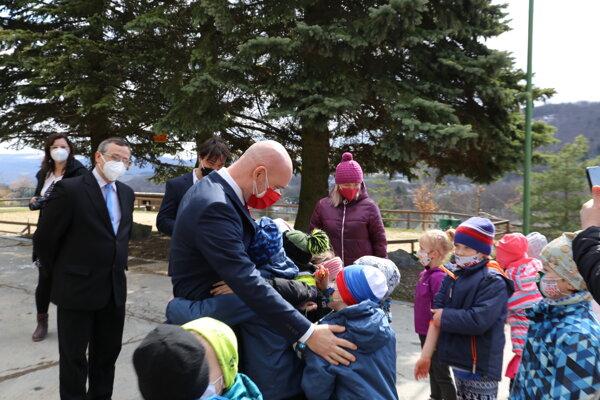 Minister školstva Branislav Gröhling navštívil aj Základnú školu s materskou školou M. Hella v Štiavnických Baniach.