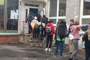 Žiaci pri vstupe odovzdávali tlačivá a učitelia im merali teplotu.