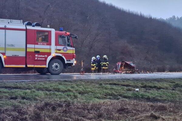 Čelná zrážka dvoch áut sa skončila tragicky.
