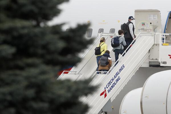 Vyhostení ruskí diplomati aj so svojimi rodinami opustili Prahu.