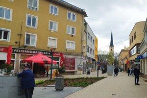 V centre Nových Zámkov bolo aj s ohľadom na sychravé počasie celkom rušno.