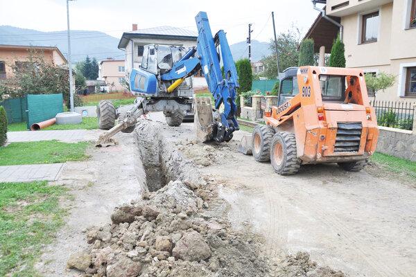 Práce na budovaní kanalizácie vOravskom Podzámku.