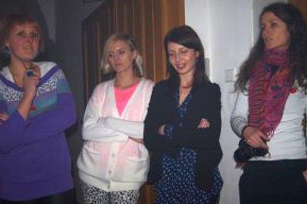 Zľava vystavujúce autorky Monika Owca Baranová, Andrea Štrbová, Aneta Macaríková a kurátorka Mirka Podmanická.