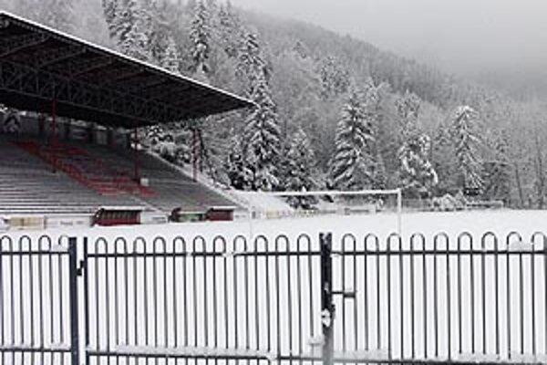 Zasnežený štadión v Podbrezovej.