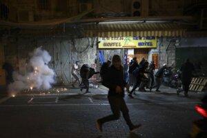 Zrážky palestínskych demonštrantov s izraelskou políciou v Jeruzaleme.
