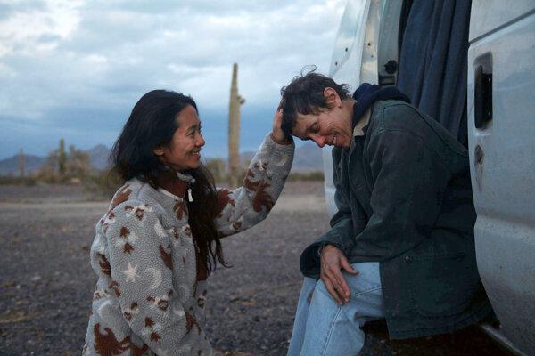 Režisérka Chloé Zhao (vľavo) s herečkou Frances McDormand pri nakrúcaní filmu Krajina nomádov.