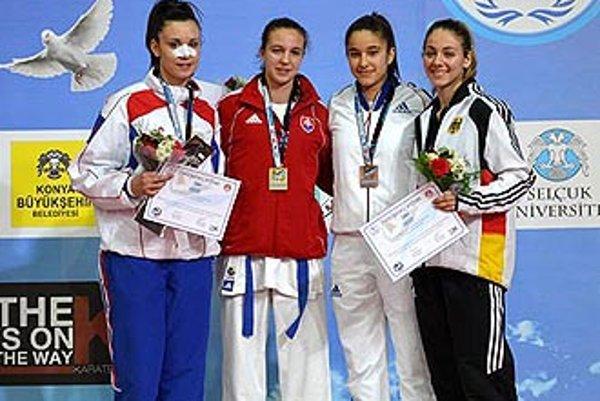 Hana Kuklová (druhá zľava) z ŠK Kachi Nitra získala v Turecku na MEJ jediné zlato pre slovenskú výpravu.