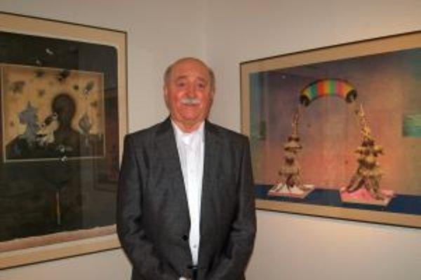 Vladimír Gažovič pri obraze (vľavo) Pocta Josefovi Sudekovi, vpravo dielo Chamtivosť.