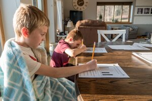 Deti, ktoré sú vzdelávané doma, sú polročne komisionálne preskúšané v kmeňovej základnej škole.