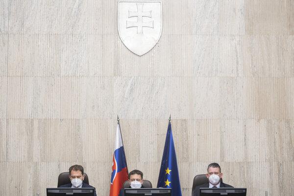 Minister financií SR Igor Matovič (OĽaNO), premiér SR Eduard Heger (OĽaNO) a minister vnútra SR Roman Mikulec (OĽaNO).