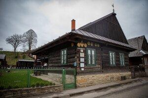 Múzeum funguje v drevenici po slávnom tunajšom drotárovi Jozefovi Holánikovi-Bakeľovi.