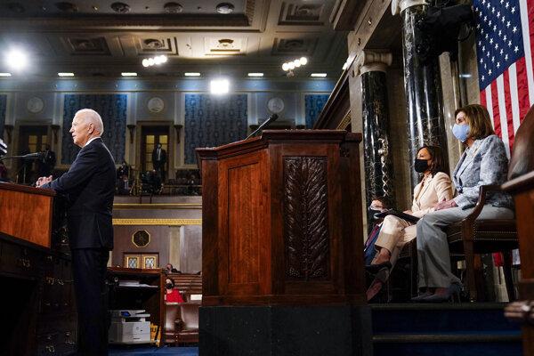 Prezident Biden pred Pelosiovou a Harrisovou
