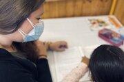 Študentka z Prešovskej univerzity doučuje deti, ktoré nemali k vzdelaniu počas pandémie dobrý prístup.