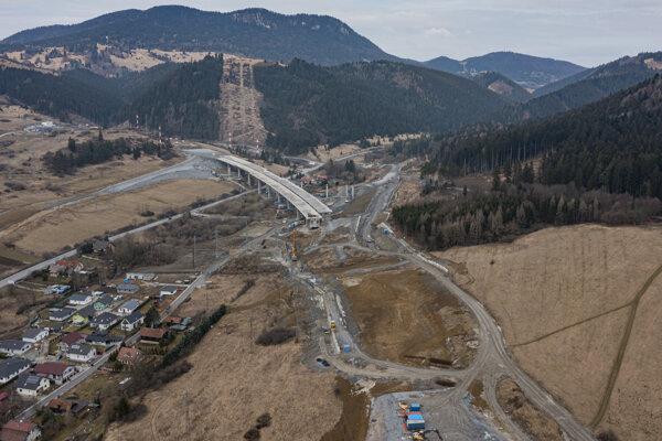 Na snímke z dronu výstavba úseku diaľnice D1 Hubová - Ivachnová.