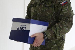 Vojaci nosia petičné hárky za vyhlásenie referenda o predčasných voľbách.
