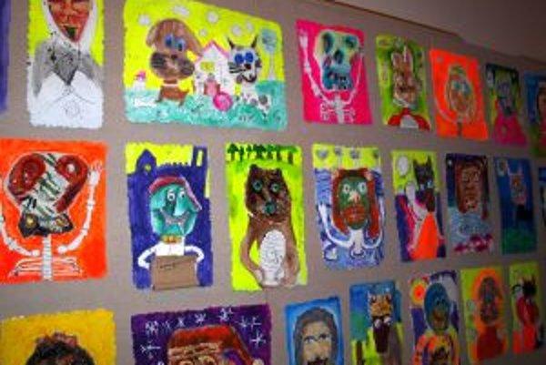 Výstavu dopĺňajú práce žiakov SZUŠ Heleny Madariovej v Nitre.