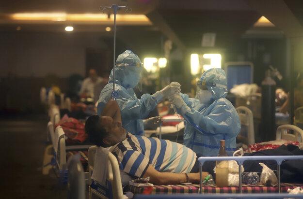 Nemocnice v Indii sú pod tlakom pacientov s koronavírusom.